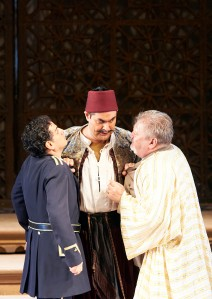 Juan Diego Flórez (Lindoro ), Ildar Abdrazakov (Mustafà), Paolo Rumetz (Taddeo) (c) Wiener Staatsoper / Michael Pöhn