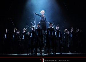 Mariella Devia (Elisabetta) & the Coro Titular del Teatro Real © Javier del Real | Teatro Real