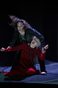 Evelyn Herlitzius as Elektra with Hanna Schwarz at the Opernhaus Zürich © Judith Schlosser
