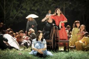 Asmik Grigorian, Margarita Nekrasova, Karolina Gumos, Chorsolisten der Komischen Oper Berlin © Iko Freese | drama-berlin.de