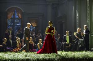 Günter Papendell, Asmik Grigorian, Alexey Antonov, Chorsolisten der Komischen Oper Berlin © Iko Freese | drama-berlin.de