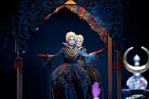 As Stonatrilla in L'opera seria with Robin Johannsen as Smorfiosa at De Munt - La Monnaie © Clärchen und Matthias Baus