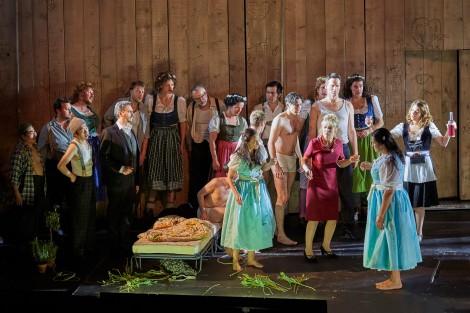 Wilhelm Schwinghammer, Agneta Eichenholz, Hanna Schwarz, Peter Lodahl, Dorottya Láng, dancers and the  Herrenchor der Staatsoper Hamburg. Photo: © Brinkhoff/Mögenburg