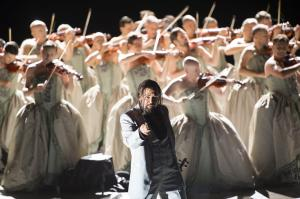 Dimitry Ivashchenko (Le docteur Miracle), Chorsolisten der Komischen Oper Berlin.  Photo: © Monika Rittershaus